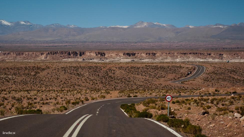 Az említett Panamericana - csak egy sáv van, de itt valószínűleg nincs is szükség többre. A sebességkorlátozást is valószínűleg csak a kanyargós rész indokolja.
