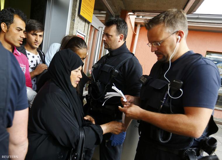 Számozott karszalagokkal jelölik meg a menekülteket a német határnál