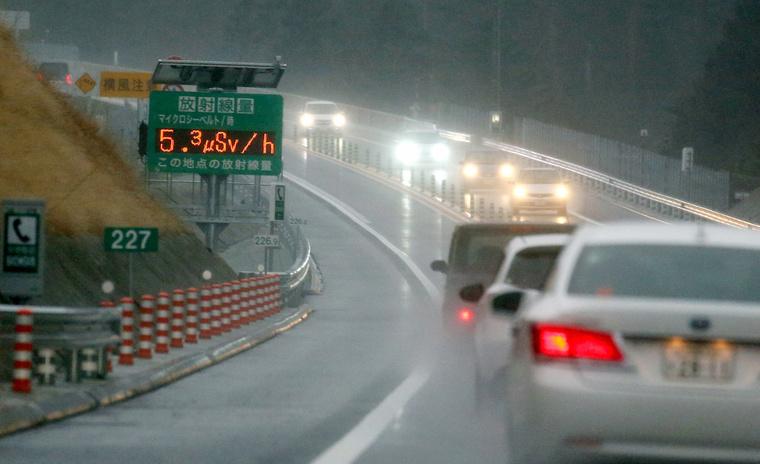 Sugárzásmérő a Fukushima megyei Futuma gyorsforgalmi útja mellett