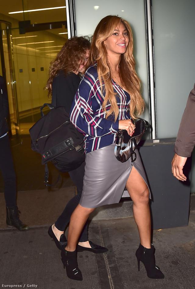 Beyoncé térdig érő,felsliccelt szürke bőr szoknyába tűrte be a klasszikus inget.