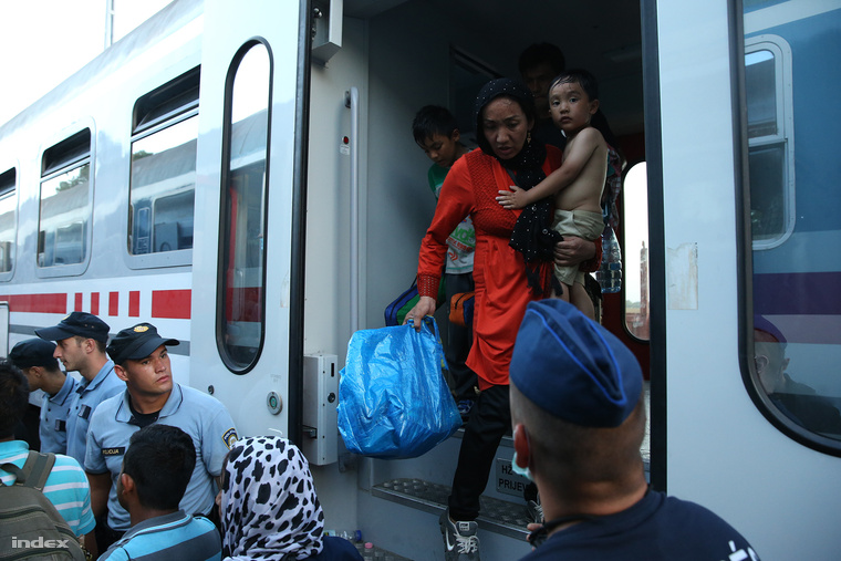 Menekültek szállnak le egy Horvátországból érkező vonatról Magyarbólyon, 2015. szeptember 18-án.