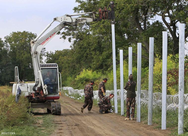 Ezen a vasárnap délután készült fotón magyar honvédek építik a határzár második vonalát a horvát-magyar határon Sarok közelében.