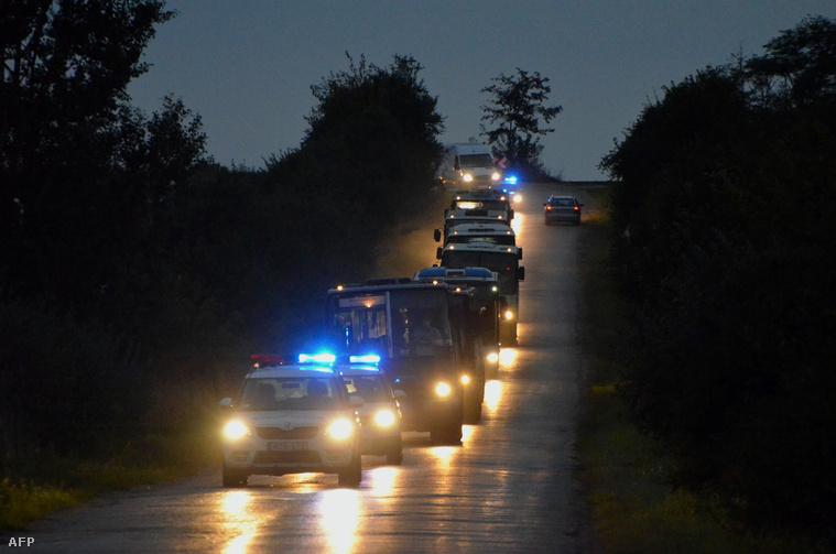 A Beremendről Magyarbólyba tartó menekülteket szállító buszos konvoj