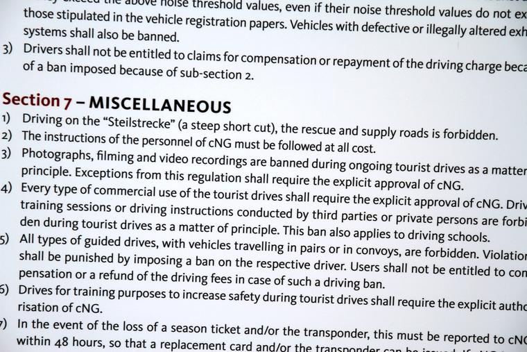 A szabályzat tiltja a filmezést-fotózást, de mindenki csinálja és nem ellenőrzi senki. Azonban kamera csak autón belül lehet, ezt szóvá teszik