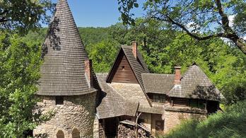 Egy legendás, gyönyörű erdélyi épület mását árulják Solymáron