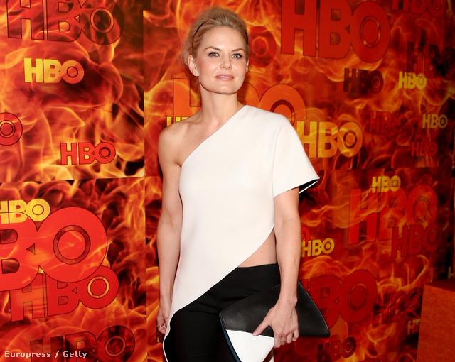 Jennifer Morrison az Egyszer volt, hol nem volt és az Így jártam anyátokkal színésznője az Emmy hivatalos afterparijára vett fel fekete-fehér, aszimmetrikus ruhát.