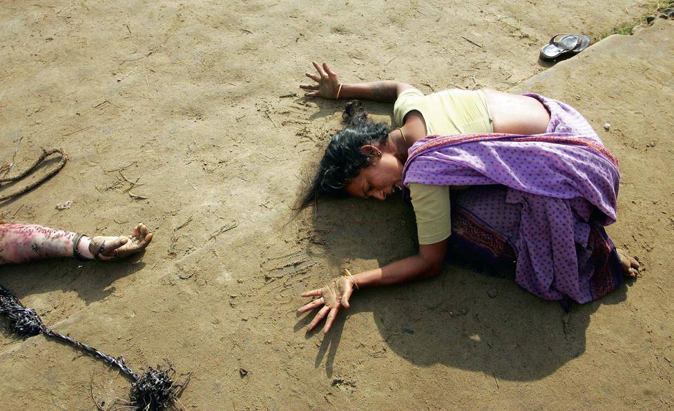 2005. Rokonát gyászoló asszony a cunami után.2004. december 26-án egy 9.3 erősségű földrengés az indonéziai Szumátra partjainál gyilkos szökőárhullámot indított útjára az Indiai-óceánon, amely aztán kilenc ázsiai országban pusztított és még a távoli Szomáliában és Tanzániában is szedett halálos áldozatot. A rengés olyan erős volt, hogy a Föld tengelyferdeségét 2.5 centiméterrel módosította.Több mint 200 ezer ember meghalt vagy eltűnt, és milliók váltak nincstelenné az emberiség történetének eddigi legsúlyosabb természeti katasztrófájának következményeként. Az indiai nadu halászokra  különösen súlyos csapást mért a cunami, otthonokat, életeket, megélhetéseket pusztított el.