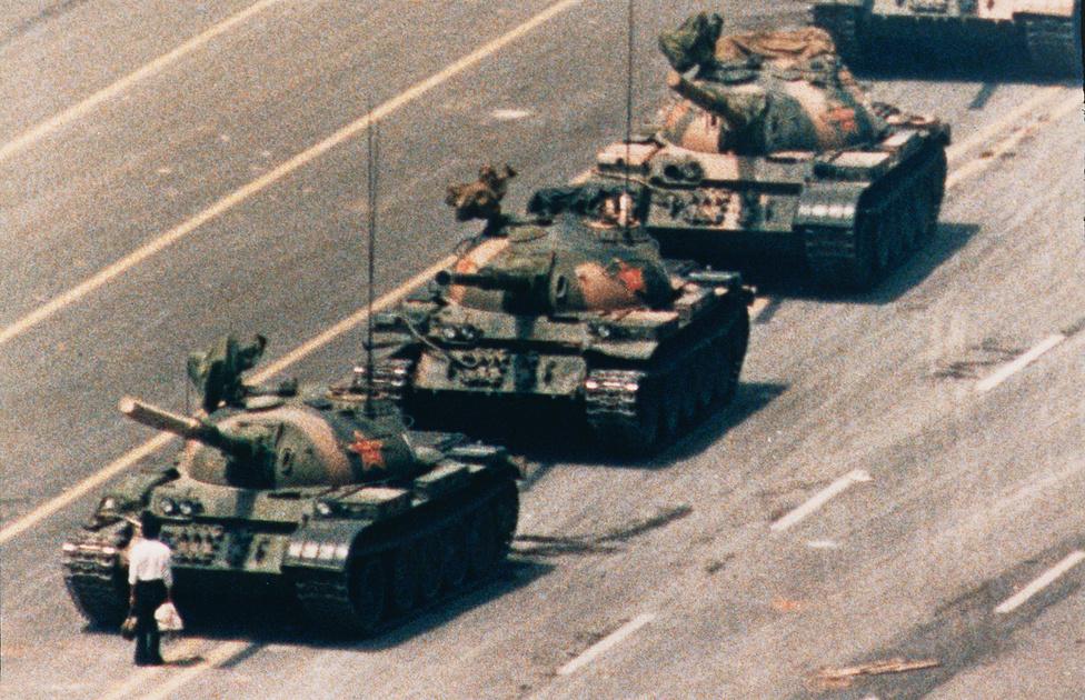 1990. Egy tüntető és a kínai néphadsereg tankjai a demokratikus reformokat követelő demonstrációk idején a Tienanmen tér közelében.Pekingben a kormány ellen tüntető diákok elfoglalták a város történelmi központját, a Tienanmen teret. Hét héten tartó éhségsztrájkok és kitartó tiltakozások után a kínai hatalom a demonstrációk szétverésére utasította a hadsereget. A június 4-i vérengzésekben több tízezer katona vett részt.  Az ikonikus kép nem teljesen egyedülálló, három másik hasonló is készült egy közeli pekingi hotel erkélyeiből, ahol a nyugati tudósítókat szállásolta el a kínai kormány.Az ismeretlen tüntető személye a mai napig ismeretlen, a kínai kormány tagadja, hogy valaha is azonosítani tudták, igaz, a kínai kormány a kép létezését is elég hatékonyan tagadta éveken át. A NPR 2014-es riportja szerint 100 kínai diákból alig egy tucat tudja, hogy a ezek a képek léteznek, illetve hogy 1989-ben készültek a fővárosukban.