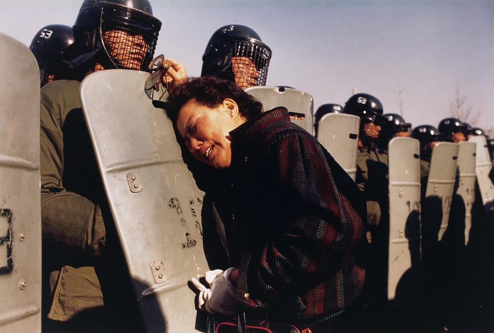 1988. Egy anya és a rohamrend őrök egy dél-koreai szavazófülkénél.Több ezer tüntet ővel együtt a nő fiát is letartóztatták, amikor azt próbálták bebízonyítani, hogy a december 15-i elnökválasztást csalással nyerte meg a kormánypárti jelölt.