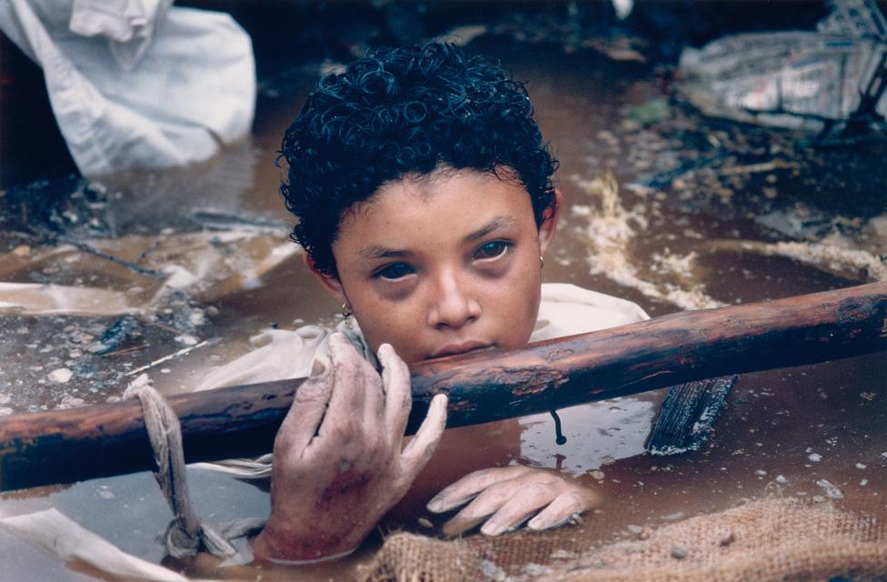 1986. Omayra Sanchez (12 éves) a romhalmaz fogságában a Nevado del Ruíz vulkán kitörése után.1985. november 13-án kitört 5000 méter magas Nevado del Ruíz vulkán a Los Nevados Nemzet Parkban, maga alá temette Armero városát, ahol 25 ezer ember halt meg. A képen látható gyermek elveszítette az eszméletét, és szívroham végzett vele, miközben a mentőalakulatok megpróbálták megközelíteni. A 12 éves Omayra Sanchez halála a szervezetlen mentési munkálatok tragikus szimbólumává vált. Tehetetlen mentőosztagok és újságírók, köztük egy televíziós stáb gyűrűjében halt meg romba dőlt otthonukban.Az Omayra Sanchez utolsó óráiról készült képeken sokan felháborodtak és megdöbbentek, hogy haláltusáját és halálát végig lehetett fényképezni, megmenteni azonban senki nem tudta. Vita alakult ki a fotós szerepéről is – tudósítson vagy mentsen? – és az alany emberi méltóságáról hasonló esetekben. Egyesek azon tűnődtek, hogy a kép vajon akkor is ilyen nagy figyelmet kapott volna-e, ha a kislány életben marad, és hogy vajon az eseményt díjazta-e a zsűri a fotó helyett. Frank Fournier később elmondta, fontosnak tartotta, hogy beszámoljon az eseményről és örül, hogy a fotó ilyen heves reakciókat váltott ki, mert sokkal rosszabb lett volna, ha senki nem kapja fel a fejét.