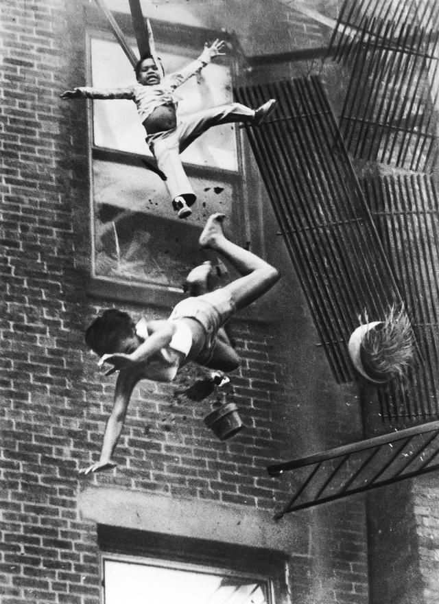 1976. Diana Bryant (19 éves) és unokahúga-keresztlánya, Tiare Jones (2 éves) a mélybe zuhannak az összeomló tűzlépcsőről a Marlborough Streeten kitört lakástűzben.A gyerekek akkor zuhantak le, amikor a segítségükre siető tűzoltó átmászott a létrára és a tűzlépcső összeomlott alattuk. Öt emeletet zuhantak, Diana meghalt, a nő testére zuhanó gyerek viszont megmenekült. Az év képe kapcsán feltámadt sajtófotósok régi vitája, hogy erkölcsileg vajon igazolható-e olyan képet közölni, amely közvetlenül a halál el őtt készült. A fotó keltette hírverésnek köszönhetően viszont új biztonsági előírásokat dolgoztak ki az Egyesült Államokban az épületek tűzvédelmére a hasonló szituációk elkerülése érdekében.
