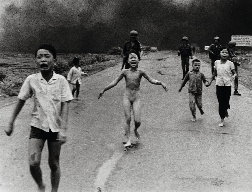 1973. Phan Thi Kim Phuc (középen) menekül társaival együtt azt követően, hogy dél-vietnami gépek véletlenül napalmbombát dobtak dél-vietnami katonákra és civilekre.Az év fotói közül Nick Ut menekülő gyerekekről készült fotója az egyik legemlékezetesebb.  'Túl forró, túl forró' - kiabálták a gyerekek a fotós beszámolója szerint, mikor elérték az ellenőrzőpontot.  Felocsúdva a sokkból néhányan megpróbálták vízzel locsolni őket, hogy segítsenek rajtuk. A fotót készítő Nick sem bírt többet fotózni egy-két kockánál, néhány pillanatra teljesen lefagyott és zokogni kezdett. Phuc testének harminc százalékán szenvedett harmadfokú égési sérüléseket, nagymamája kezében kisöccse teljesen összeégett, belehalt sérüléseibe. A lány elájult fájdalmaitól, Nick felkapta és egy amerikai kórházba vitte, ezzel valószínűleg megmentette az életét.A fotó a 'napalmos lányról' a mai napig a vietnami háború legmeghatározóbb emléke. A sokkoló felvétel 1972-ben bejárta a világot, először irányítva rá a figyelmet ennyire erősen a háború civil áldozataira. A lány a képen túlélte a bombázásokat, felnőtt és a mai napig szoros barátságot ápol a fotóssal.