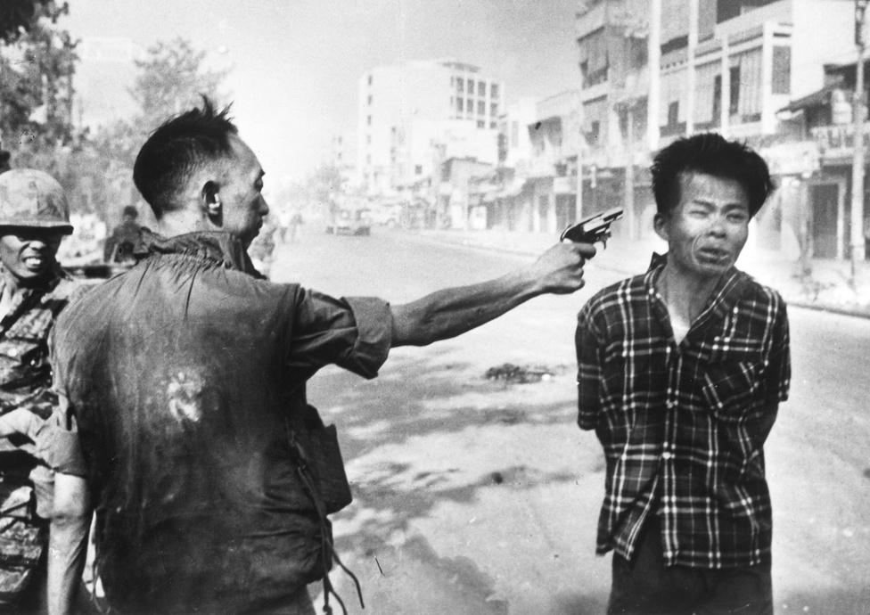 1968. A dél-vietnami rendőrfőnök, Nguyen Ngoc Loan kivégzi a feltételezett Vietkong-harcos Nguyen Van Lemet a Tétoffenzíva második napján a vietnami háborúban.1968. január 31-én az észak-vietnami hadsereg és a Vietkong egyszerre indított nagyszabású támadást a legfontosabb dél-vietnami városok ellen. a támadások meglepték a dél-vietnami hadsereget és az amerikai sereget is, mivel éppen kezdetét vette a Hold-újév (Tét) ünnepe, amelynek idejére tűzszünetet hirdettek. A biztonságos erődnek számító Saigon utcái egy nap alatt csatatérré váltak. A dél-vietnami és az amerikai erőknek két hetükbe telt a város visszafoglalása.Eddie Adams több mint egy évvel az után lett Az év képe díj nyertese, hogy műve bejárta a világot.