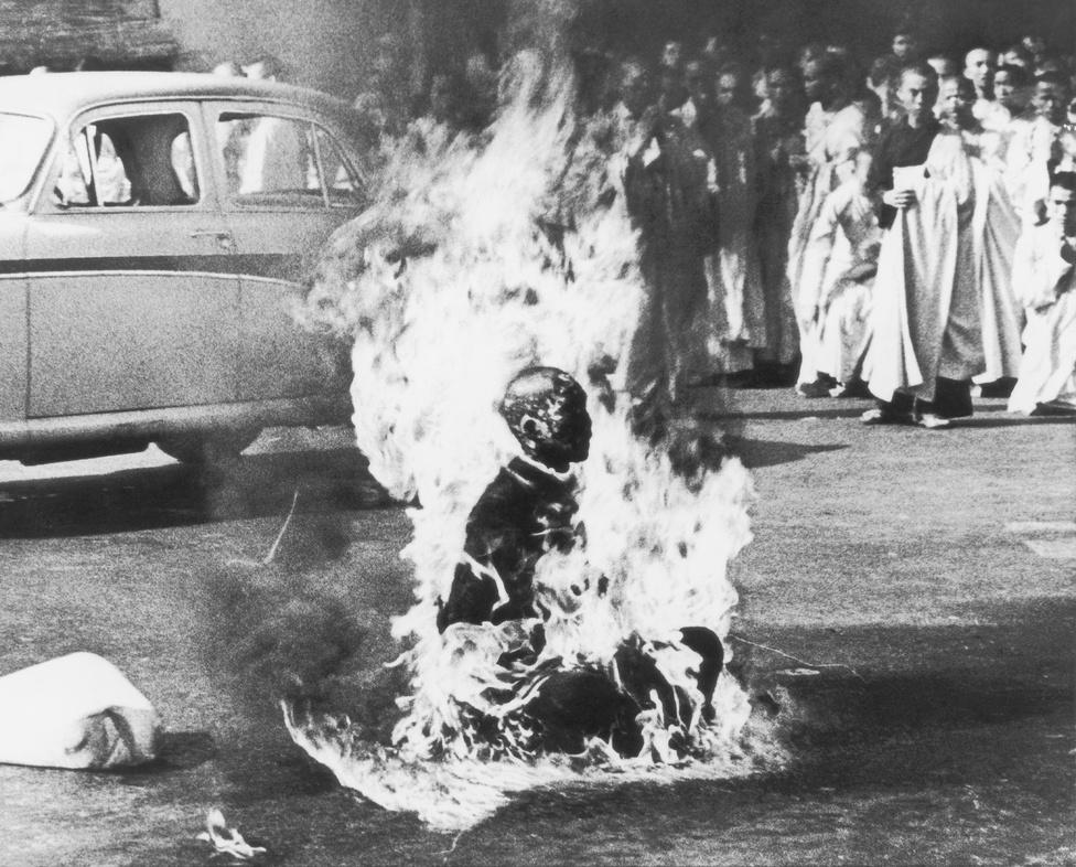 """1963. Felgyújtja magát egy buddhista szerzetes Saigonban, így tiltakozva az ellen, hogy a délvietnami kormány üldözi a buddhistákat.Az országban egyéb demonstrációk is zajlottak Ngo Dinh Dien túlnyomórészt katolikus, Amerika-barát kormánya ellen. A vietnamiak között a buddhisták vannak többségben, de Diem idején a katolikusok különleges előnyöket élveztek. Ezeket nehezményezték a buddhisták, akik vallási és világi szervezeteket hoztak létre, hogy megteremtsék és erősítsék a politikai és társadalmi aktivitást.A """"buddhista válságot"""" az robbantotta ki, hogy 1963. május 8-án Hue városában lelőttek kilenc fegyvertelen tüntetőt.                          Ezt követően rendszeressé váltak a buddhista szerzetesek demonstrációi, akik politikai reformokat és vallásszabadságot követeltek. A hatalom erőszakkal fékezte meg a tiltakozásokat."""