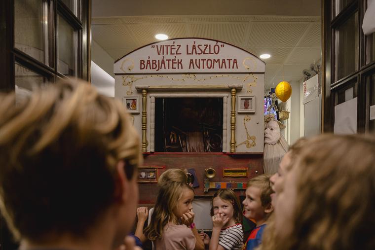Bábszínház Automata a Kolibri Színház bejáratánál.