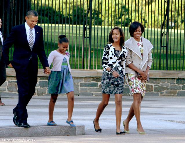 Van, hogy belefér egy kis bohémság az elnöki család öltözködésébe. Mint ahogy 2010 szeptemberében is, mikor Malia Obama fekete-fehér mintás zakót viselt a virágos ruha felett.A szintén virágos ruhát öltő anyja egy széles gallérú kabáttal viselte a lányos szettet.
