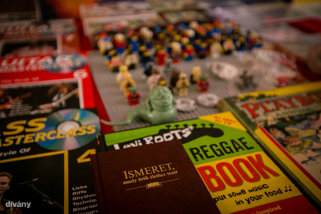 Könyv az örök élethez, háttérben a Lego-Jabba. Mindkettő kihagyhatatlan ajánlat.