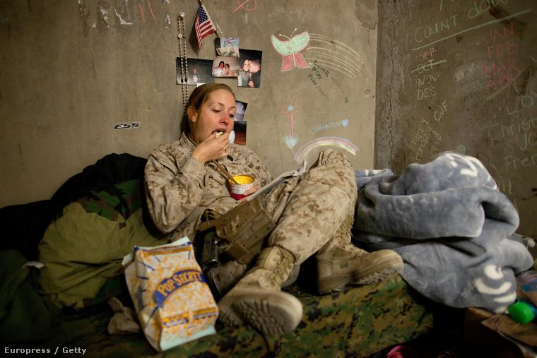 A 22 évesShannon Crowley, az amerikai haditengerészet női egységének tagja egy afganisztáni bázison.