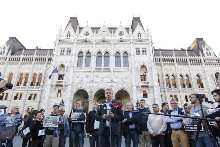 Gyurcsány Ferenc nyilatkozik a sajtónak 2015. szeptember 21-én az Országház előtt ahol a párt szimpatizánsai élőlánccal tiltakoztak a tömeges bevándorlás kezelését célzó többek között a honvédség határ menti bevethetőségéről szóló kormánypárti törvényjavaslat ellen.