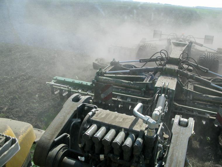 Porol rendesen a száraz talajban dolgozó nehéz kultivátor