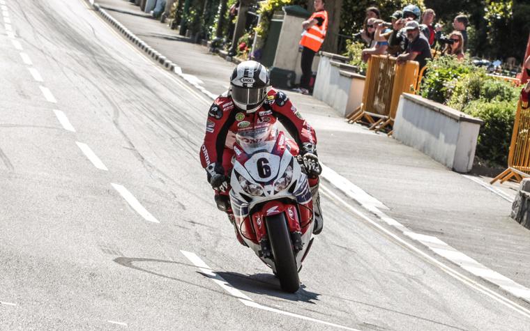 A TT idei legnagyobb meglepetése Michael Dunlop volt. Négy versenyt nyert összesen, de pechjére a kékszalagos futam, a Senior kategória trófeájáról lecsúszott.