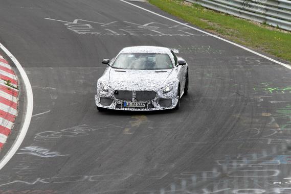 Az AMG GT GT3-versenyváltozatát is nagy erőkkel tesztelték, legalább 10-12 kört toltak egymás után. Több, mint 600 lóerőre tornázták fel a biturbó V8-ast és megkapta a nagy első splittert és a fix hátsó szárnyat