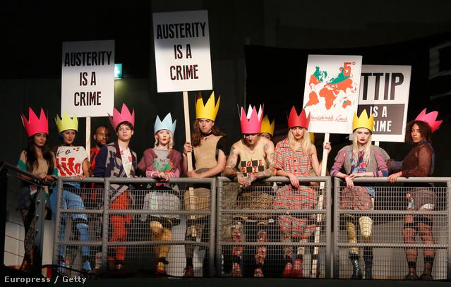 Koronás modellek tüntettek idén Vivienne Westwood bemutatóján.