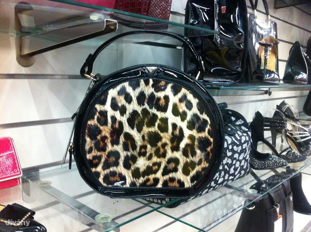 Asia Center: Nem egy hétköznapi táska és az ára csak 5990 Ft.