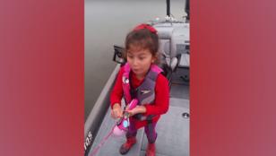 Übercukiság: A Barbie-horgászbottal bazinagy halat fogó kislány