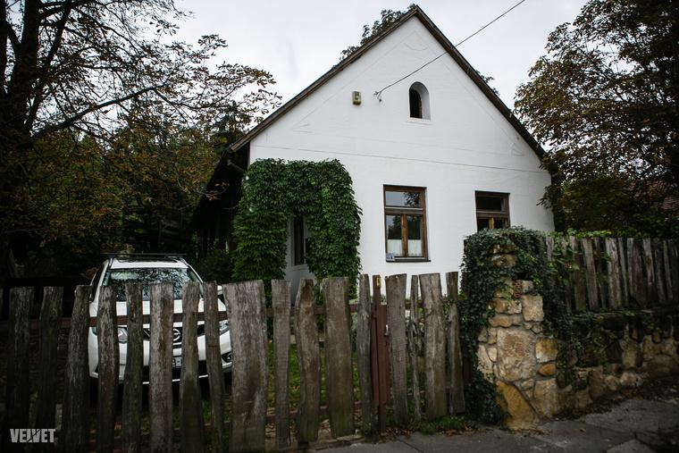 A túránk a Költő utca 11/b-ben kezdődött. Azért itt, mert ez a ház hasonlít leginkább arra, hogy milyen épületek terítették be a Svábhegyet a 19. században.