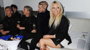 Pamela Anderson dedikált, de a szoknyája beteg lett