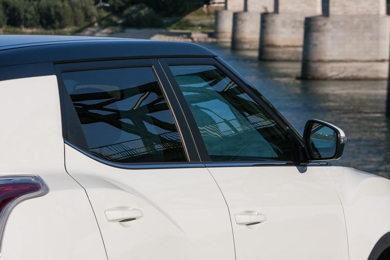 A nem fekete tetős autókon jobban látszik a C oszlopon az elválasztó csík