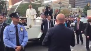 Ferenc pápa jól szórakozott pár hónapos másán