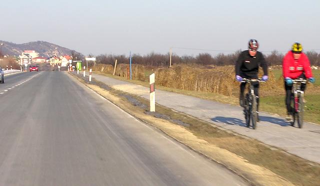 A képen egy kerékpárút látható, tehát itt nem tilos egymás mellett kerékpározni!