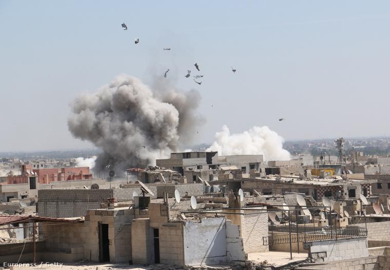 Bombabecsapódás nyoma, miután a szíriai kormányerők Damaszkusz Duma negyedét bombázták szeptember 28-án.
