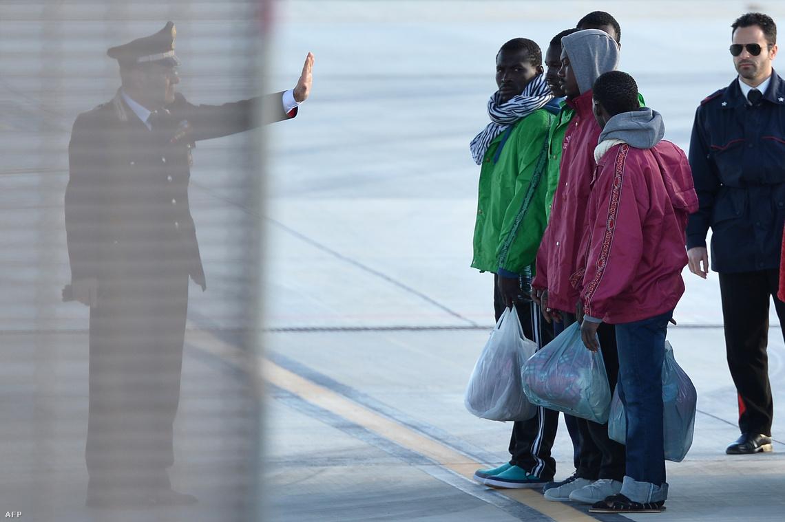 Menekülteket irányítanak a lampedusai reptéren, ahonnan az olasz szárazföldre szállították őket (február 17.)
