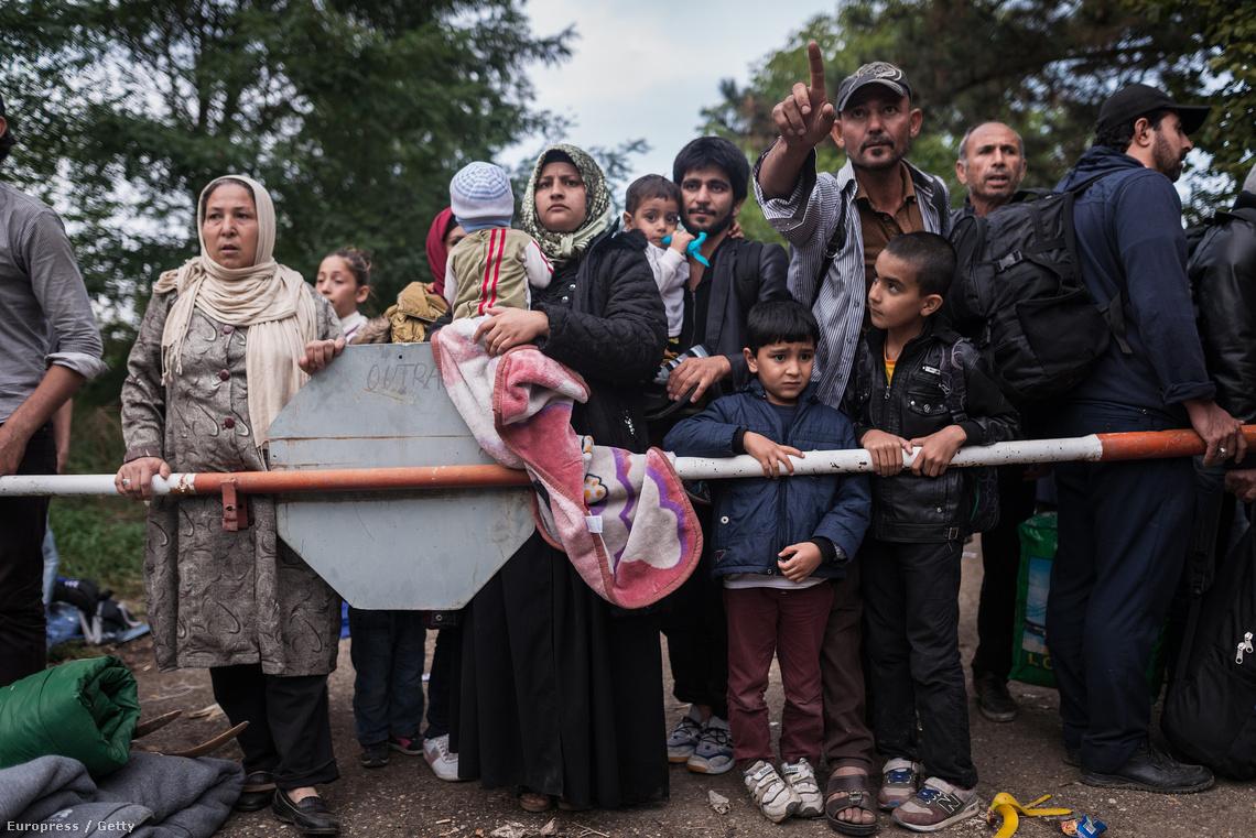 Menekültek várnak egészségügyi ellátásra egy tranzitpont előtt Horvátországban.