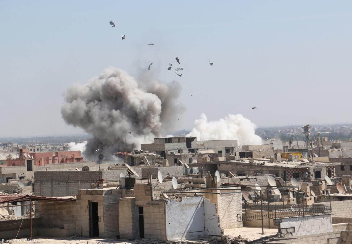 A kormányerők bombázzák a szíriai Damaszkusz Duma negyedét szeptember 28-án.