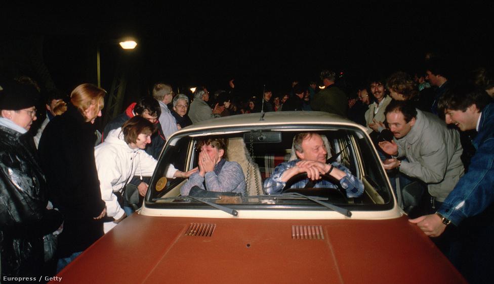 Az öröm pillanatai 1989-ben: nyugat- és kelet-berliniek üdvözlik egymást. Az ossik és wessik közötti ellentétek később kiéleződtek. A keletnémetek nagyképű gyarmatosítóknak látták a nyugat-németeket, a lekicsinylő ossi kifejezéssel pedig az állam nyakán élősködő, tehetetlen, sült galambra váró egykori NDK-sokat illették.