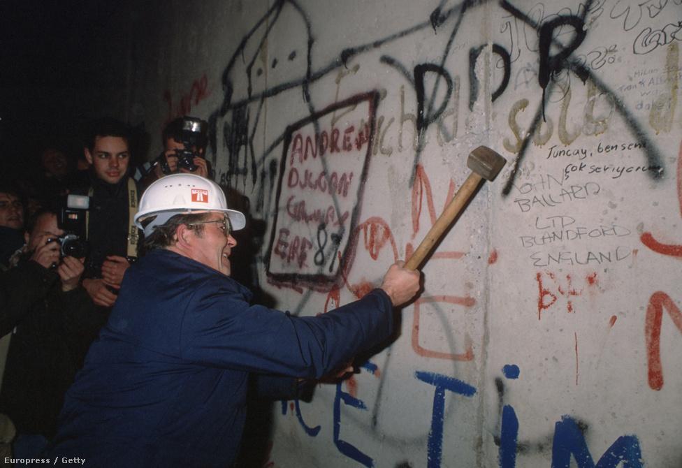 1989. november 9-én az NDK vezetése úgy döntött, enyhít az utazási korlátozásokon. A döntést bejelentő Günther Schabowski improvizált arra a kérdésre, hogy az új intézkedések mikortól érvényesek, és azt mondta: mostantól. Tízezrek özönlöttek a falhoz. A tanácstalan keletnémet határőrök pedig este tíz órakor megnyitották a határátkelőket Nyugat-Berlinbe. Ezzel a  28 évig álló berlini fal először jogi és poltikai értelemben, később pedig a valóságban is leomlott