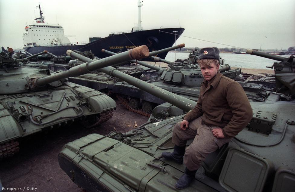 1990. október 9-én és 12-én két szovjet-német egyezmény is született a szovjet csapatok kivonásáról, később pedig húsz évre szóló egyezményt kötöttek a két ország gazdasági, ipari és tudományos együttműködéséről. A szovjet csapatok kivonulása mai áron 6 milliárd eurójába került Németországnak.