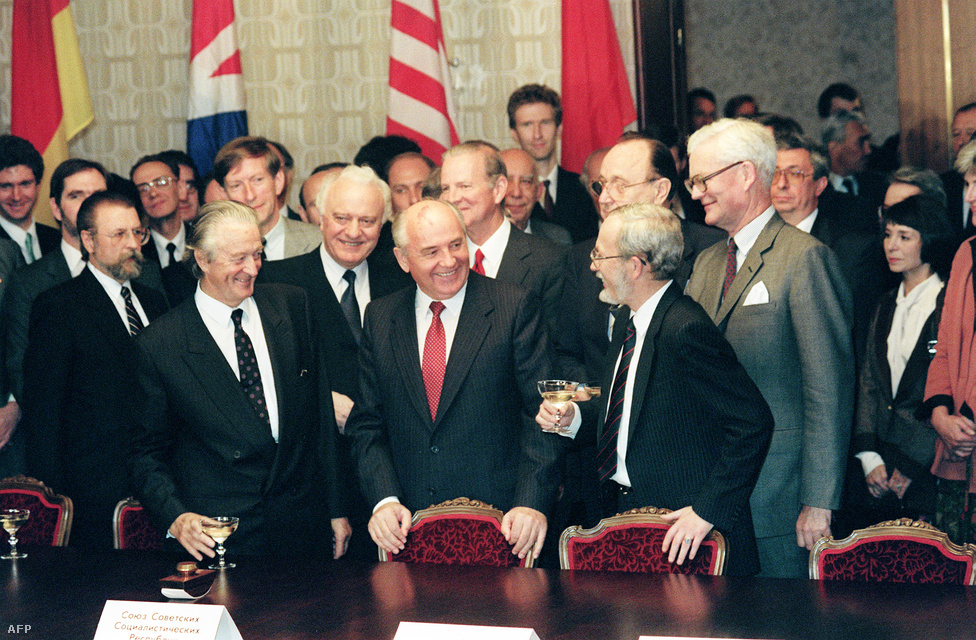 """Komoly külpolitikai egyeztetések is kellettek a két ország egyesítéséhez, hiszen ezzel Európa közepén egy új nagyhatalom jött létre. Franciaország érthető okokból nem volt túl lelkes, de az egyesítés ellen sem az amerikaiak, sem Mihail Gorbacsov szovjet pártfőtitkár nem emelt kifogást.  Az 1990. szeptember 12-én tartott moszkvai """"2+4 találkozón"""" a két német állam és az amerikai, angol, orosz és francia nagyhatalmak vezetői írták alá azt az egyezményt , amely lehetővé tette a német egyesítést. Az egyezmény nemzetközi jogi értelemben is véget vetett a második világháborúnak."""