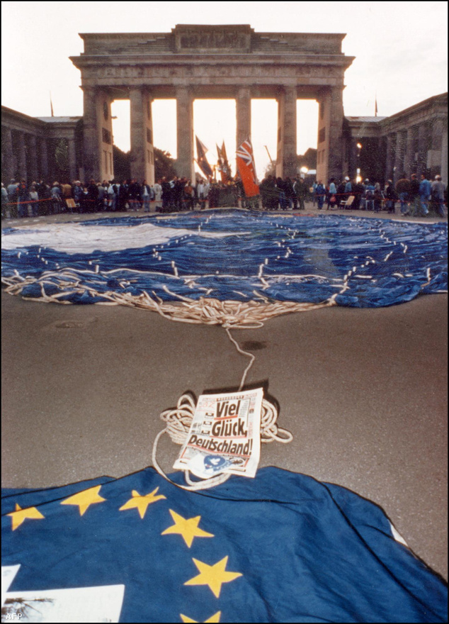 Az újraegyesítés egy hosszabb folyamat volt, amit nehéz ünnepelni, az egységet viszont lehet. Maga az egyesítési szerződés jelöli meg október 3-at a német egység napjaként. Ez az egyetlen olyan nemzeti ünnep, ami szövetségi szinten az egész országban érvényes, a többi ünnepnapot  a tartományok maguk szabályozzák. Azért nem november 9., a berlini fal leomlása lett a nagy ünnep, mert ehhez a naphoz sok rossz történelmi emlék kötődik: 1918-ban ezen a napon kiáltották ki a Weimari köztársaságot, 1923-ban ekkor hiúsult meg Hitler puccskísérlete, 1938-ban pedig ezen a napon zajlott az országos zsidóellenes pogrom, a kristályéjszaka.