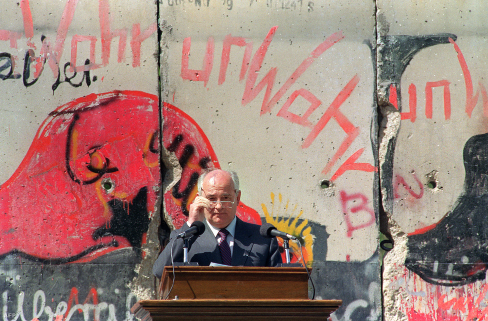 Mihail Gorbacsov mond beszédet a berlini Fal maradványa előtt 1992 májusában. A fal a térképen ma már nem látható, a statisztikák azonban még mindig mutatják: hiába épült meg 1900 kilométernyi autópálya, a keleti tartományokban alacsonyabb az életszínvonal, magasabb a munkanélküliség, rosszabbak az életkiáltások és erősebb a szélsőjobb. Az újraegyesítés költségeit  ma 2000 milliárd euróra becsülik. Ennek kétharmada nyugdíjakra és munkanélküli segélyre ment el.