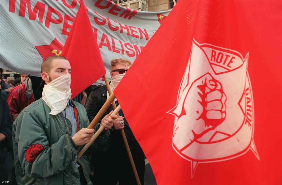 Nem mindenki akart egyesítést. Itt például a Nyugat -Németországban, Hamburgban alapított, marxista-leninista Németország Kommunista Pártja, és a Vörös Gárda nevű ifjúsági szervezet tüntet a két ország egyesítése és az NSZK imperializmusa ellen 1990. október 3-án.