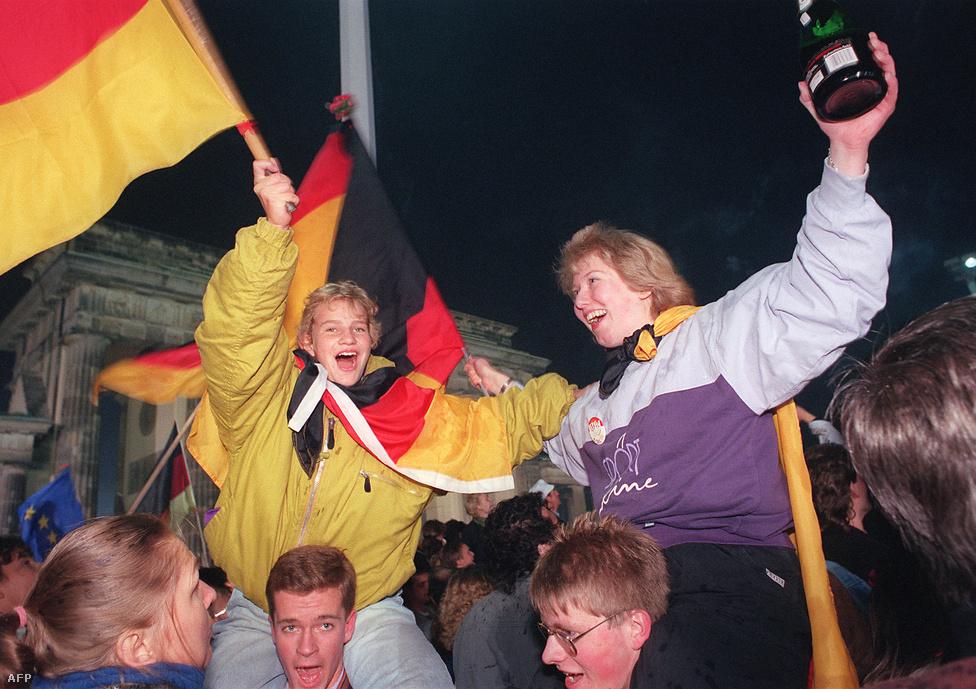 A két ország újraegyesítési szerződését 1990. augusztus 31-én írták alá. Az egyesülést hivatalosan 1990. október 3-án 0 órakor jelentették be Berlinben a Reichstag épülete előtt, ahol több százezren ünnepeltek. Ekkor vonták fel először az egyesített Németország 60                         négyzetméter nagyságú nemzeti zászlaját, a fekete-piros-sárga lobogót.