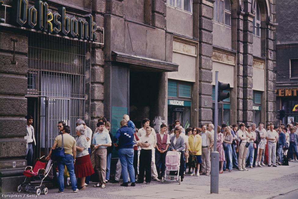 1990 júliusában az NDK hivatalos fizetőeszköze lett a német márka. A bankszámlákat 4000 márkáig 1:1 arányban, afölött 1:2 arányban váltották át. Közgazdászok később bírálták a német vezetést a túlságosan nagyvonalú átváltási árfolyam miatt, ami sokak szerint szerepet játszott a későbbi gazdasági gondokban. A német márkát mint készpénzt 2002. január elsején váltotta fel az euró.