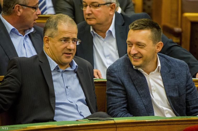 Kósa Lajos és Rogán Antal az Országgyűlés plenáris ülésén 2015. szeptember 29-én.