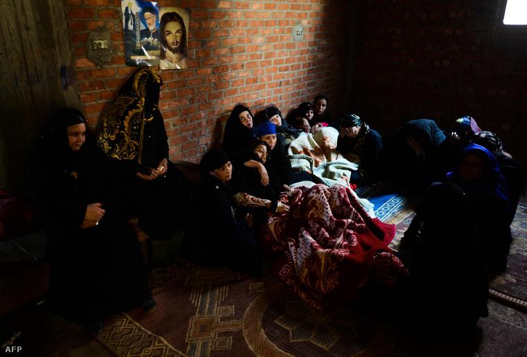 Kopt keresztény család a dél-egyiptomi Minya tartománybeli al-Awar településen, miután hírt kaptak meggyilkolt családtagjaikról. 2015. február 15-én az Iszlám Állam fegyveres szervezet nyilvánosságra hozott egy videofelvételt, ami szerint 21 egyiptomi kopt keresztényt végeztek ki Líbiában.Abdel Fattah al-Sisi egyiptomi elnök nyilvánosan jelentette be, hogy bűnhődni fognak a gyilkosok.