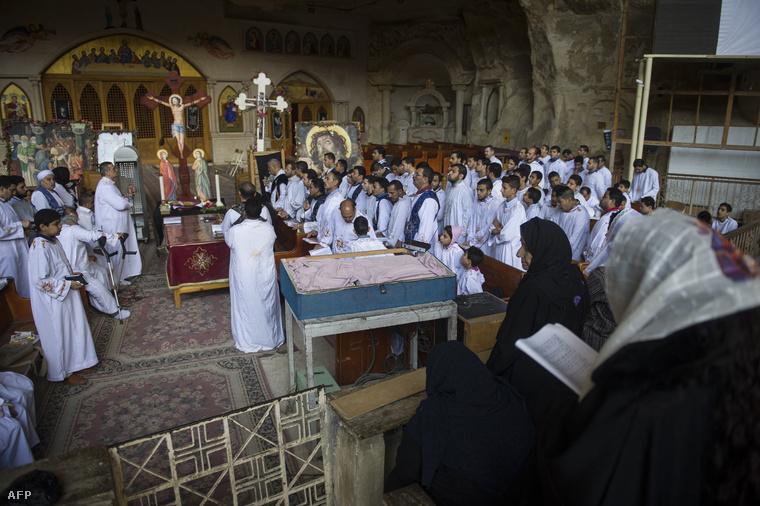 Egyiptomi kopt keresztények imádkoznak a Samaan el-Kharaz barlangtemplomban a kairói Mokattam-hegységben.